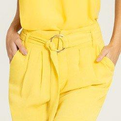 shorts amarelo com cinto alegra detalhes
