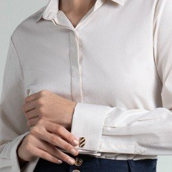 camisa bege com abotoadura lucy detalhe