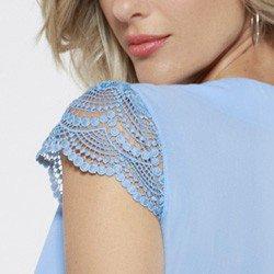 blusa azul detalhe manga rendada leticiana