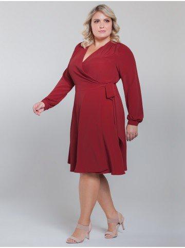 vestido transpassado vermelho plus size look