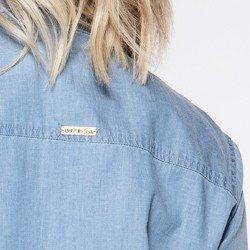 detalhe plaquinha camisa jeans clara raquely