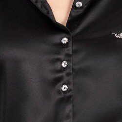 detalhe camisa preta cetim cinthia botoes