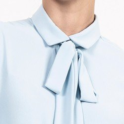 detalhe camisa gola laco azul claro evelinne
