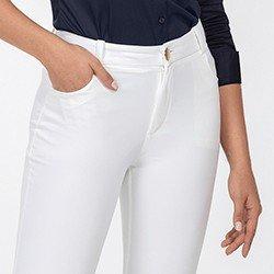 calca feminina off white flare beatrizia frente detalhe botao