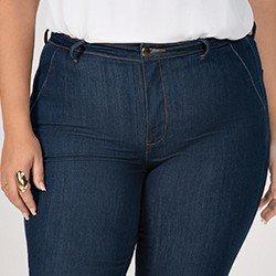 calca jeans plus size modelo flare cintura media eleine mini frente detalhe
