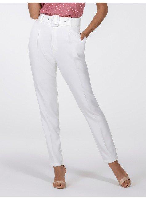 calca de alfaiataria off white com cinto look