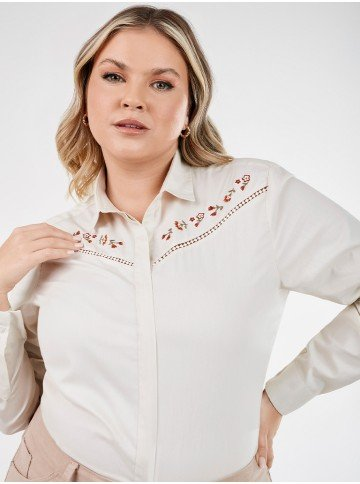 camisa feminina plus size bege com bordado floral nailde detalhe alterada