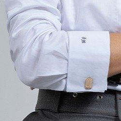 camisa branca monograma com bordado no punho mini