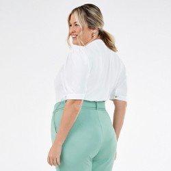 blusa plus size off white com gola sabrine mini