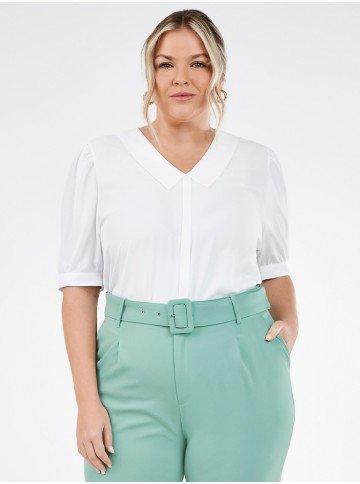 blusa plus size off white com gola sabrine